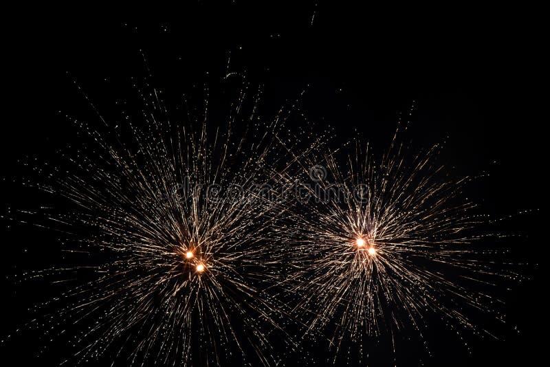 Vuurwerk over zwarte hemel stock foto's
