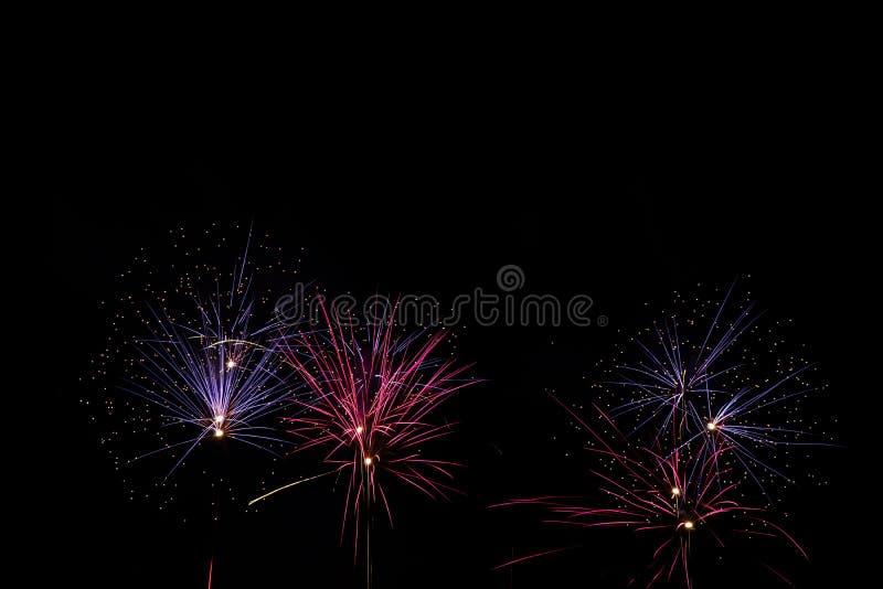 Vuurwerk over zwarte hemel royalty-vrije stock afbeeldingen