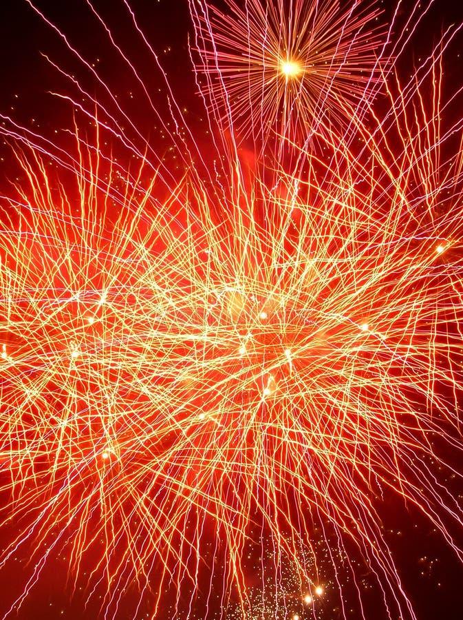 Vuurwerk rood en geel in de nacht stock afbeeldingen