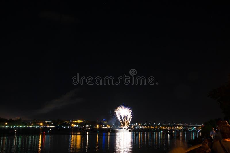 Vuurwerk van geel en vuurbollen en blauwe kleine krullen aan DA stock fotografie