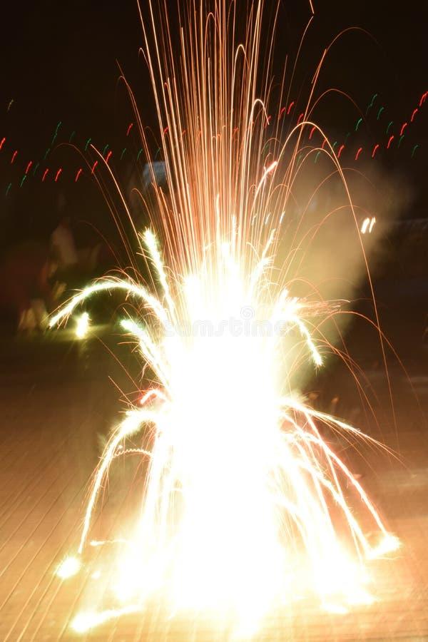 Vuurwerk van heldere krachtige voetzoeker tijdens Diwali-festival stock afbeelding