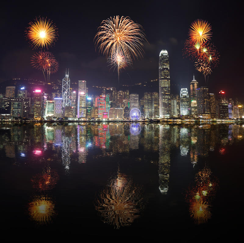 Vuurwerkfestival over Hong Kong-stad met waterbezinning stock foto