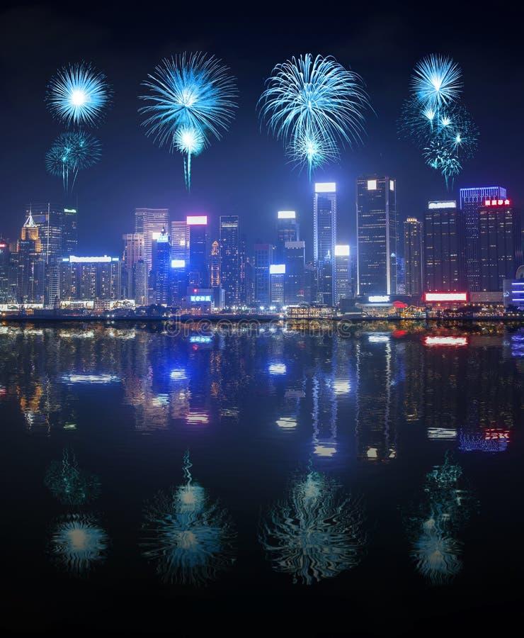 Vuurwerkfestival over Hong Kong-stad met waterbezinning royalty-vrije stock foto's