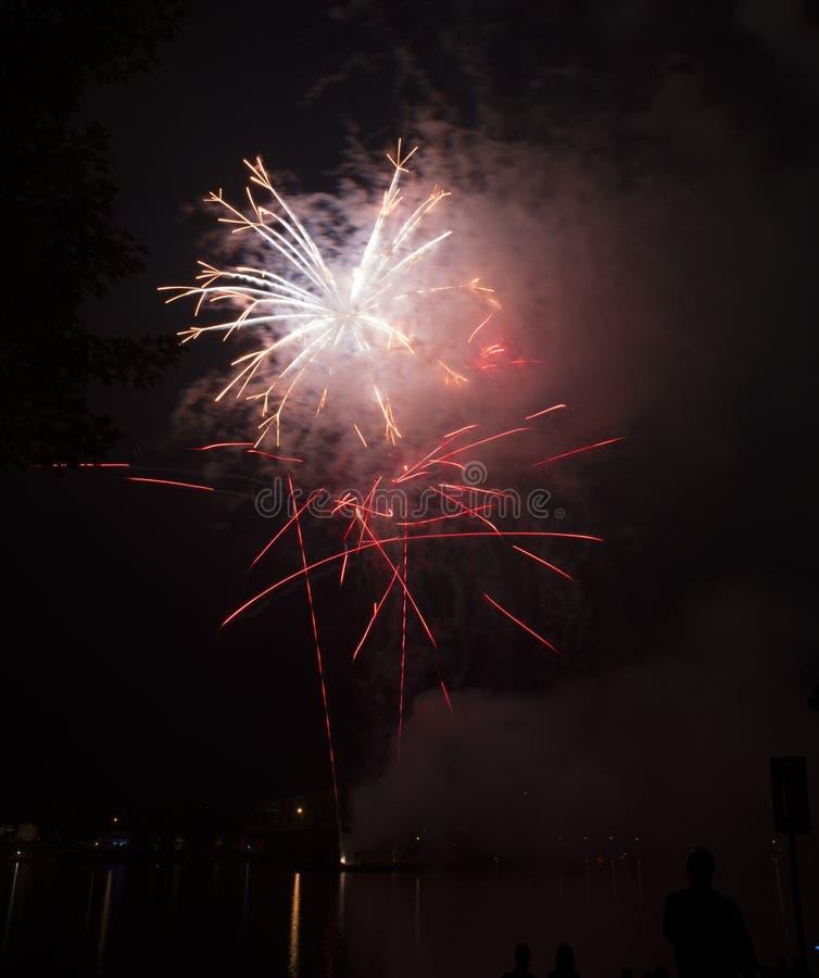 Vuurwerkviering over de Rivier van Ohio stock fotografie