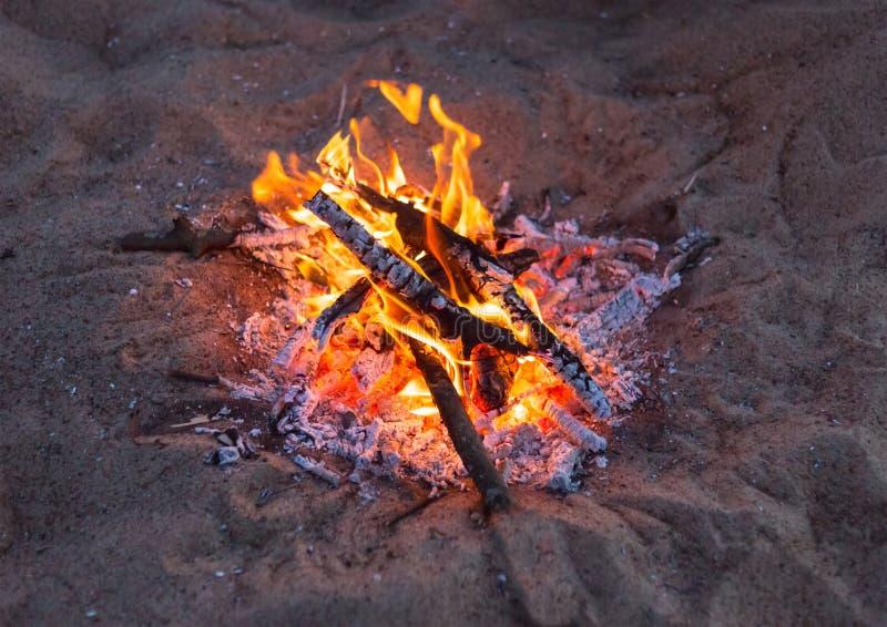 Vuurzand een heldere vlam in de avond Vakantie op de barbecuepicknick bij het strand royalty-vrije stock afbeelding