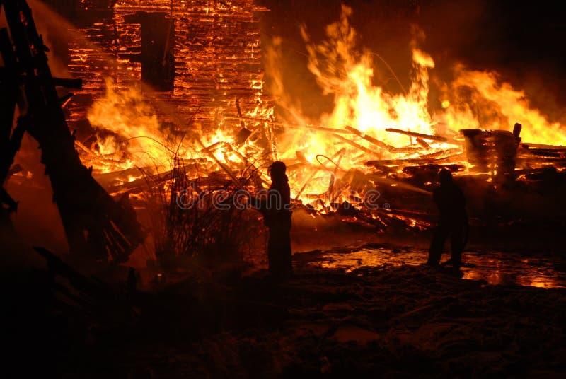Vuurzee/het Branden brandbestrijders /fire, mensen op brand stock afbeelding