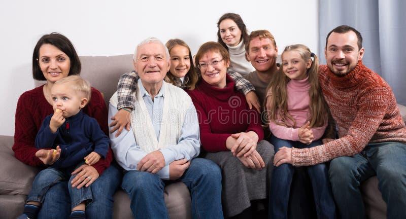 Vuxen familj som gör talrika foto royaltyfri fotografi
