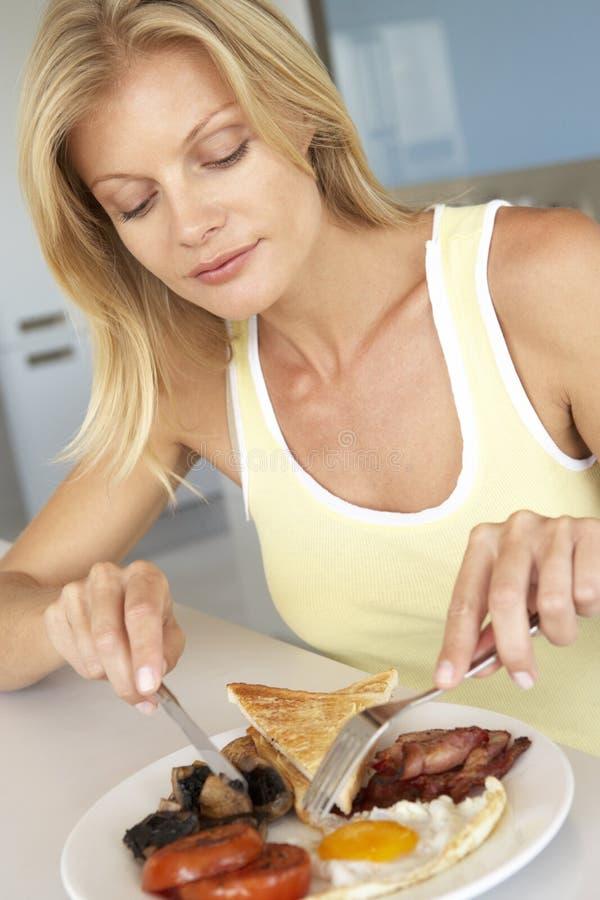 vuxen frukost som äter den mitt- sjukliga kvinnan royaltyfri foto