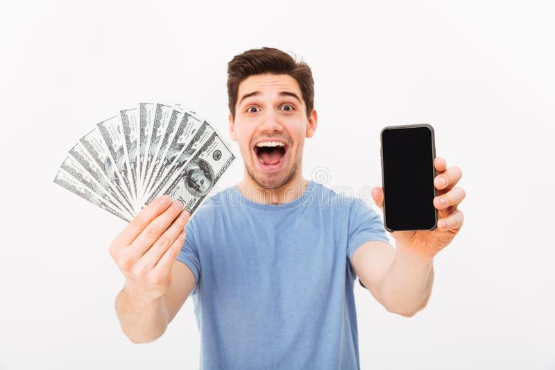 Vuxen grabb med borstet och mörkt hår som visar hans pengarpri fotografering för bildbyråer