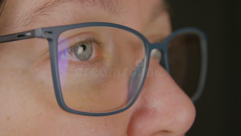 Vuxen kvinna för framsida i glasögoncloseup Skönhet vision, oftalmologibegrepp royaltyfri foto