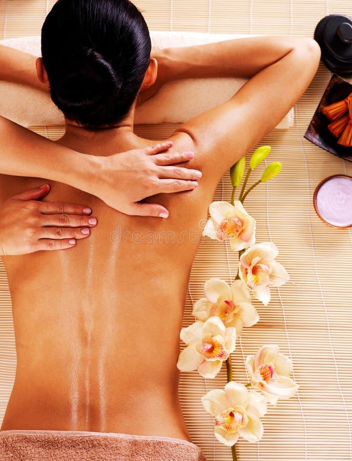 Vuxen kvinna i brunnsortsalongen som har kroppmassage. royaltyfria foton