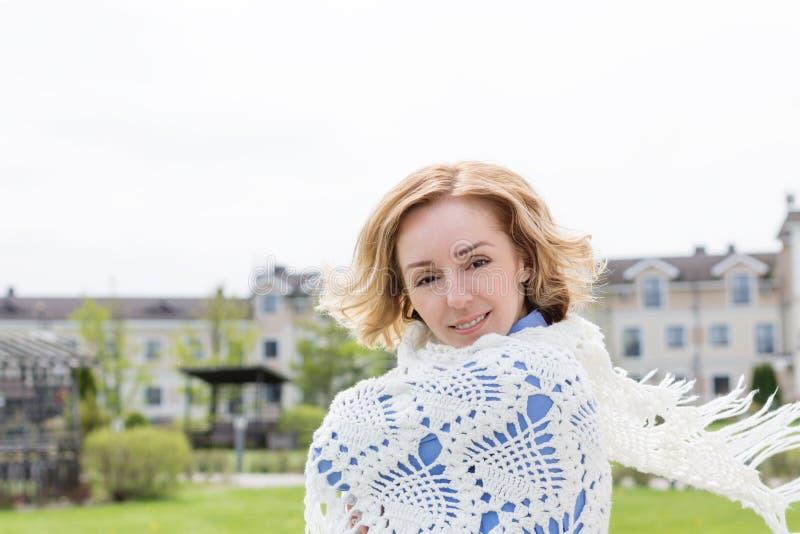 Vuxen kvinna med en stucken näsduk royaltyfri bild