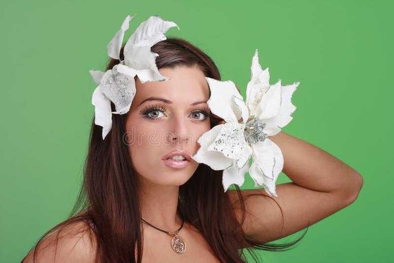 Vuxen kvinna med härliga vita blommor för framsida och royaltyfri foto