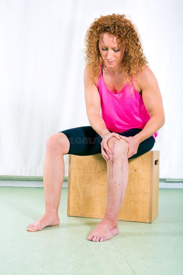 Vuxen kvinna som rehabiliterar det sårade benet arkivbild