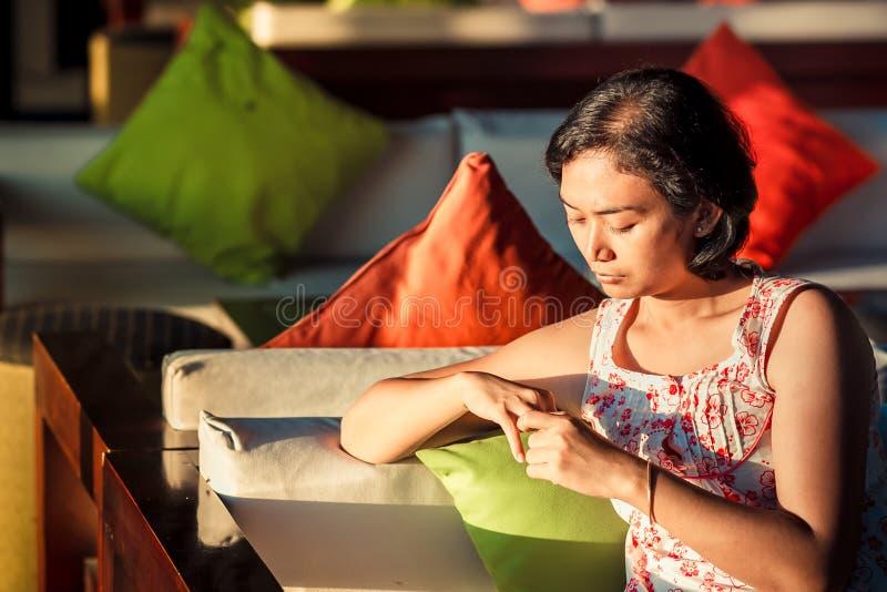 Vuxen kvinnlig bara i ledset lynne arkivfoton