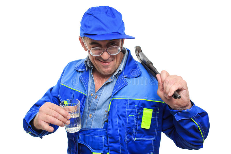 Vuxen människa drucken mekaniker som arbetar med exponeringsglas av alkohol royaltyfria foton