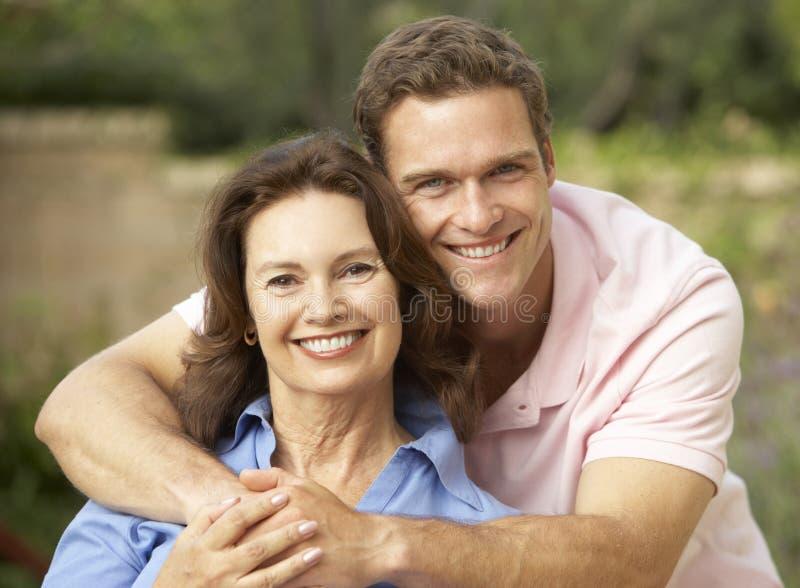 vuxen människa som är kramad hög sonkvinna arkivfoto