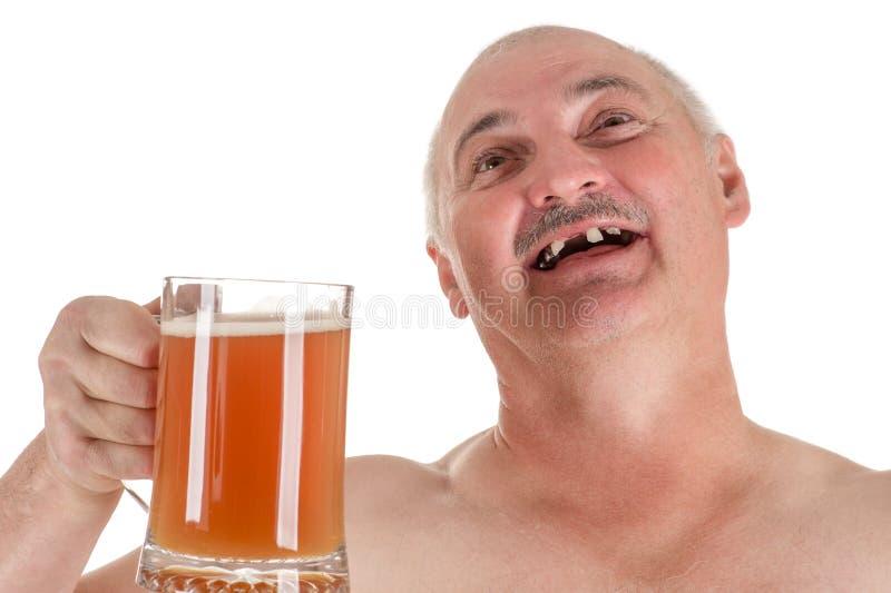 Vuxen man för humoristisk stående med ett öl i hand royaltyfria foton
