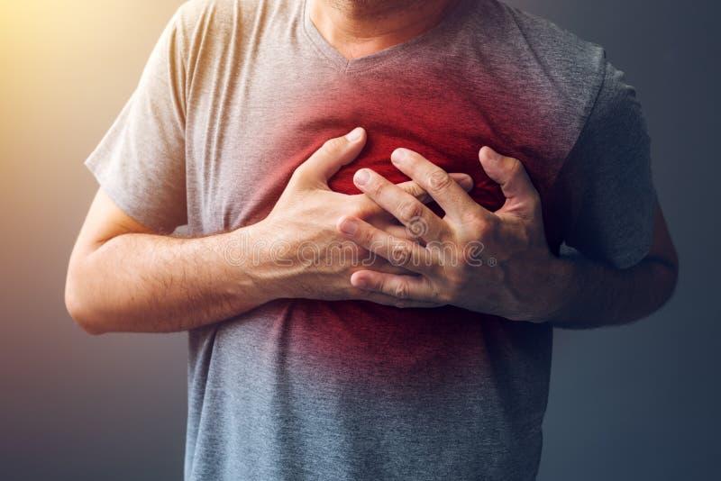 Vuxen man med villkor för hjärtabrännskada royaltyfria bilder