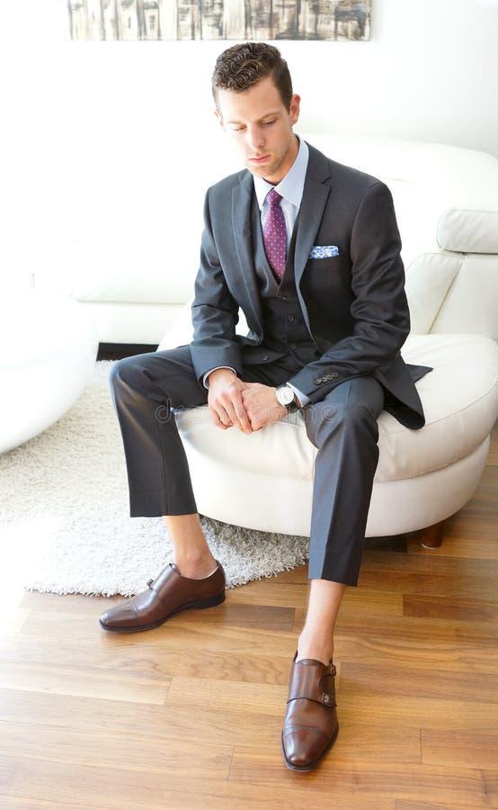 Vuxen man som bär en Grey Three Piece Suit royaltyfri bild