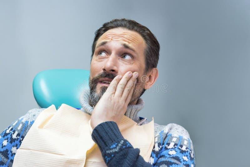 Vuxen man som har tandvärk fotografering för bildbyråer