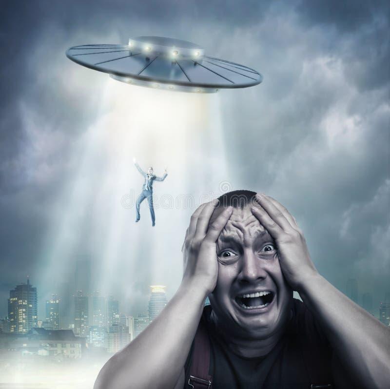 Vuxen man som skrämmas av ufo arkivbild