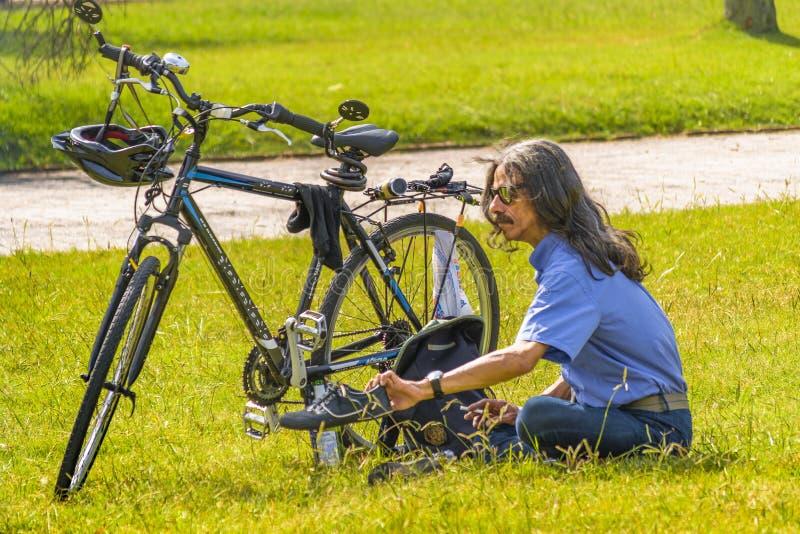 Vuxen man som vilar på Park royaltyfria bilder