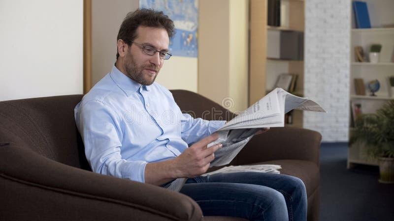 Vuxen manlig läs- artikel i tidning, yttrandefrihet, information royaltyfri bild