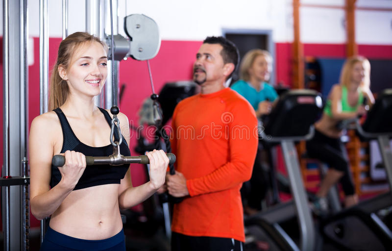 Vuxet folk som har styrkautbildning i idrottshall fotografering för bildbyråer