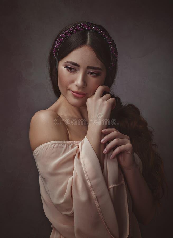vuxet härligt kvinnabarn Retro stilkvinnligstående royaltyfri foto