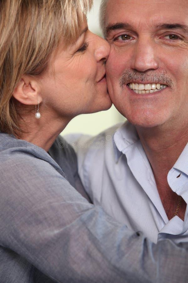 vuxet kyssa för par arkivfoton