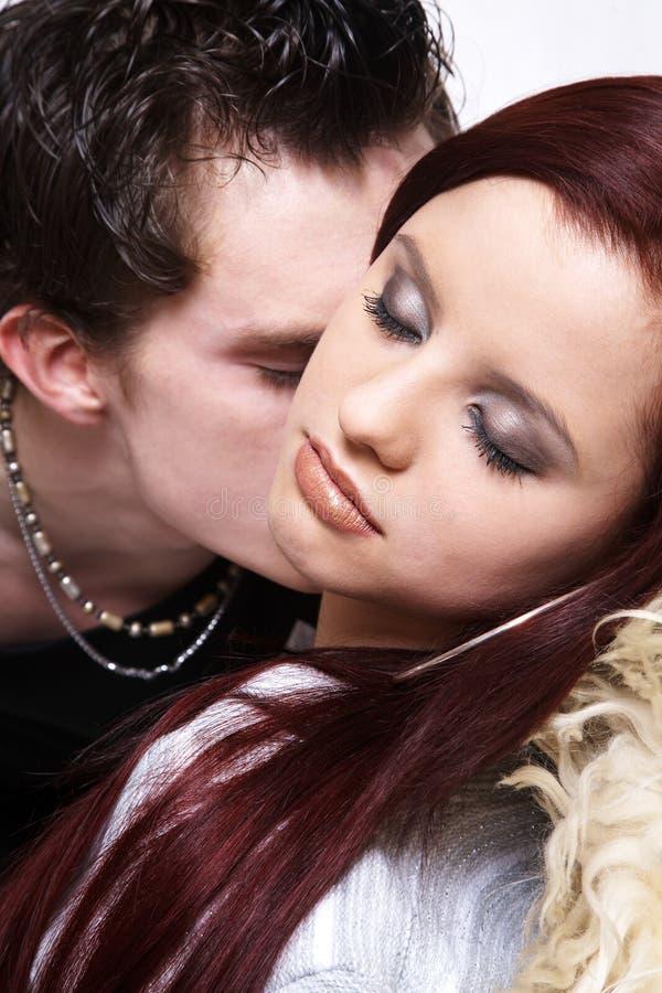 vuxet kyssa för par som är nätt royaltyfri bild