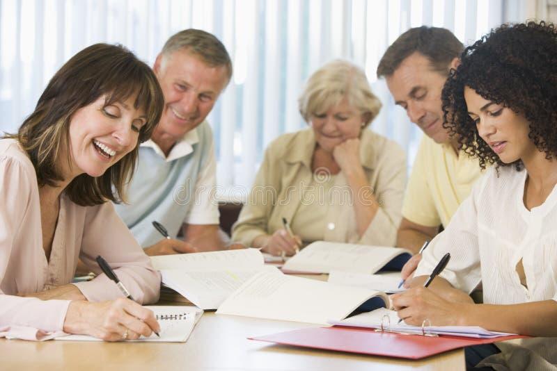vuxna deltagare som tillsammans studerar royaltyfri bild