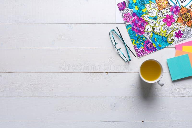 Vuxna färgläggningböcker, mindfulnessbegrepp royaltyfri fotografi