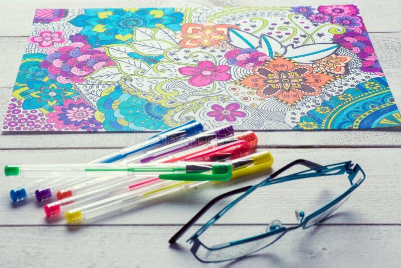 Vuxna färgläggningböcker, mindfulnessbegrepp arkivbild