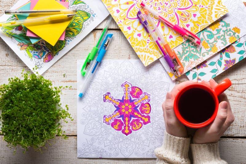 Vuxna färgläggningböcker, ny trend för spänningsavlösning fotografering för bildbyråer