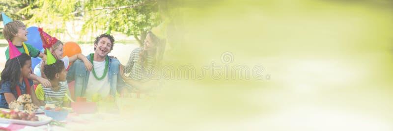 vuxna människor och barn som har det roliga berömpartiet med grön sommarogenomskinlighetsövergång fotografering för bildbyråer
