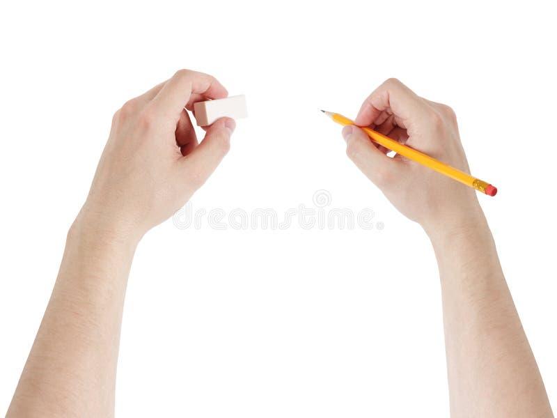 Vuxna manhänder med blyertspennan och radergummit arkivbilder