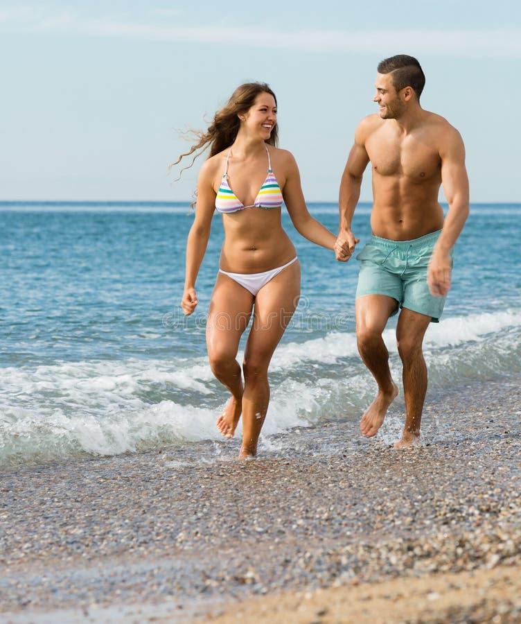 Vuxna par på stranden royaltyfria foton