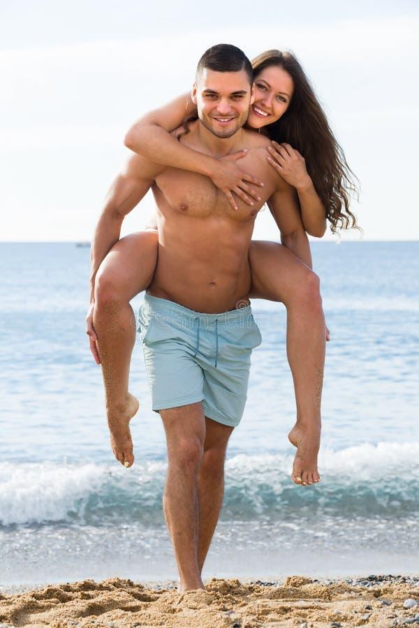 Vuxna par på stranden royaltyfri bild