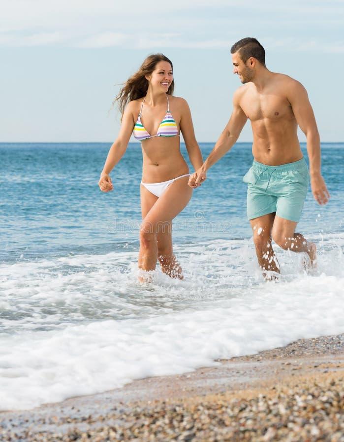 Vuxna par på stranden fotografering för bildbyråer