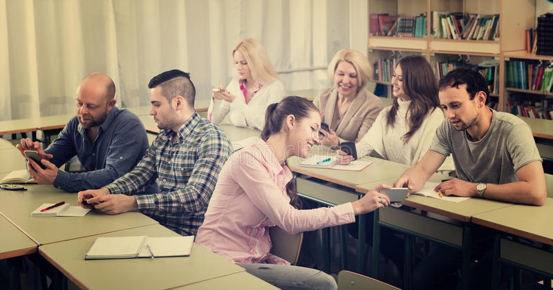 Vuxna studenter i klassrum arkivfoto