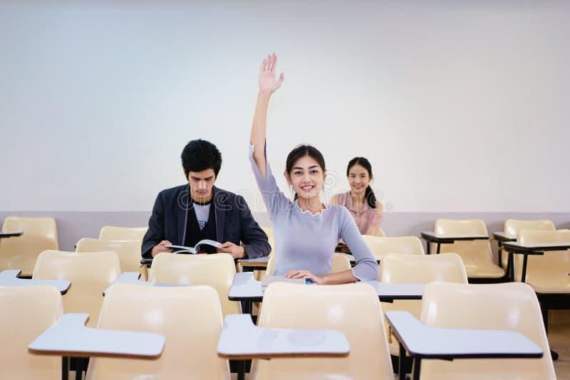 Vuxna studenter med händer upp på grupp royaltyfri fotografi