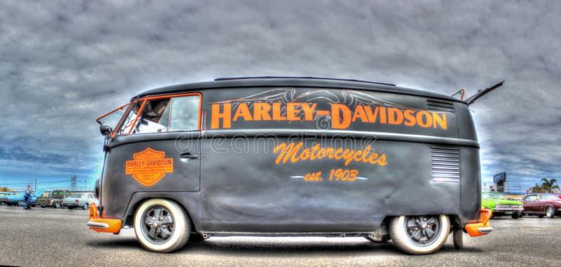 VW在哈利戴维森颜色绘的Kombi 免版税库存照片