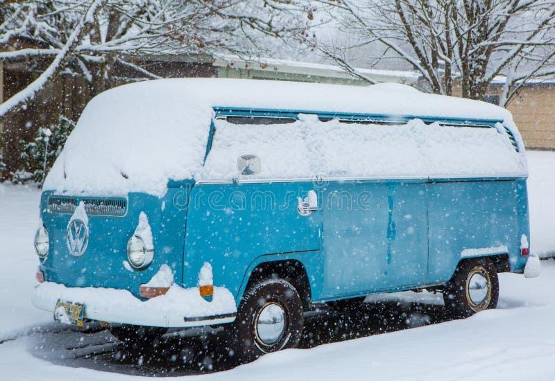 VW везет на автобусе предусматриванный в снеге стоковое изображение