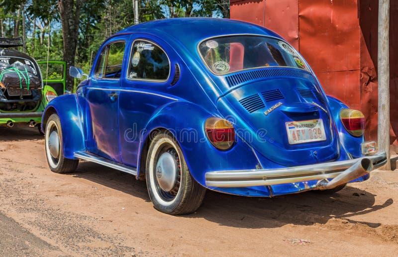 VW-Käfer trifft sich im Colonia Independencia im Herzen von Paraguay mit neugierigen Umbauten stockfotografie
