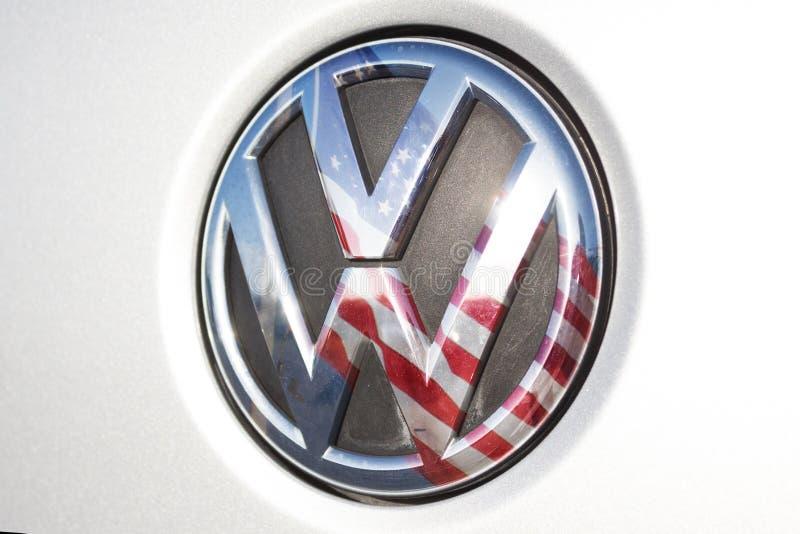 VW/logotipo de Volkswagen, bandera americana de los E.E.U.U. imágenes de archivo libres de regalías