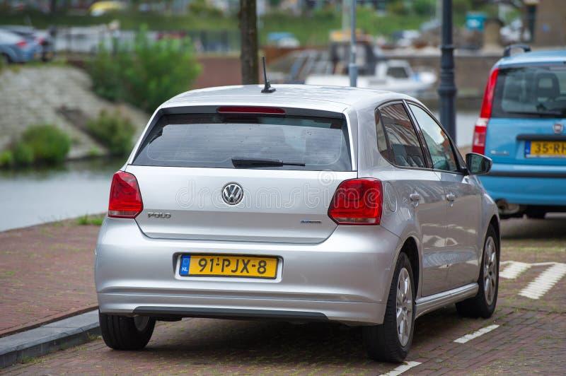 VW Polo-Auto auf der Straße stockbilder