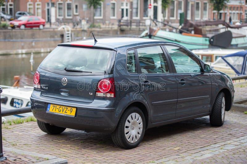 VW Polo bil på gatan royaltyfria bilder