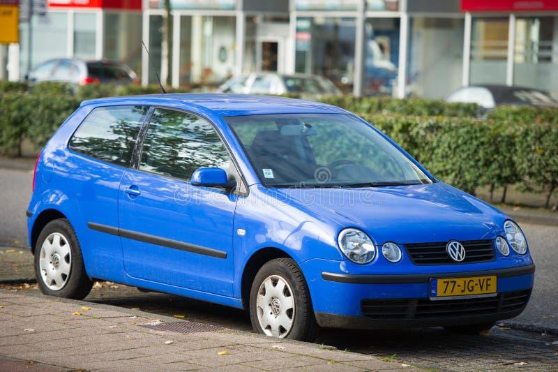 VW Polo bil på gatan arkivbild